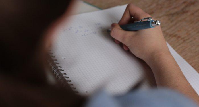 «Τι μαθαίνουμε τελικά στις πανελλήνιες: Η εμπειρία μιας μαθήτριας»